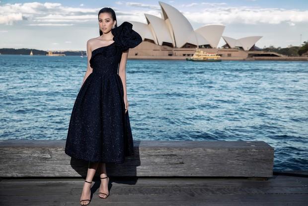 Show mới nhất của Đỗ Mạnh Cường tại Úc: Hà Tăng kín như bưng vẫn đẹp ngút trời, Mỹ Linh và Tiểu Vy trông đều khác lạ - Ảnh 7.