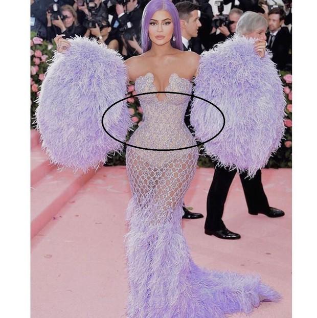 Thêm mỹ nhân có siêu năng lực bẻ cong vạn vật: Kylie Jenner bóp méo cả tay áo để cho ra vòng eo con kiến - Ảnh 1.