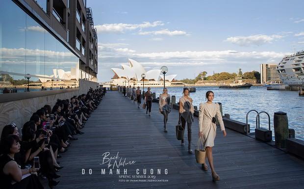 Show mới nhất của Đỗ Mạnh Cường tại Úc: Hà Tăng kín như bưng vẫn đẹp ngút trời, Mỹ Linh và Tiểu Vy trông đều khác lạ - Ảnh 25.