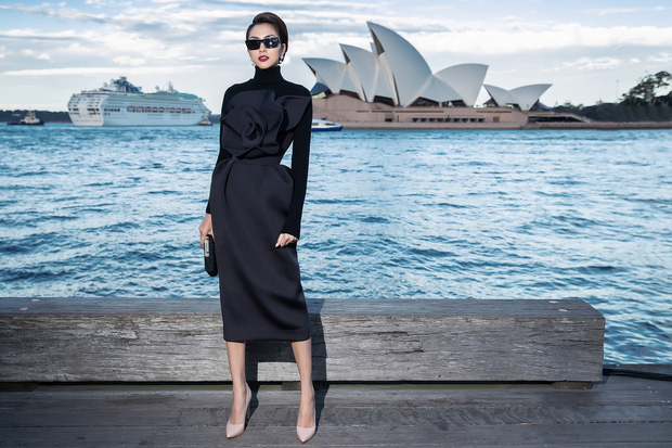 Show mới nhất của Đỗ Mạnh Cường tại Úc: Hà Tăng kín như bưng vẫn đẹp ngút trời, Mỹ Linh và Tiểu Vy trông đều khác lạ - Ảnh 2.