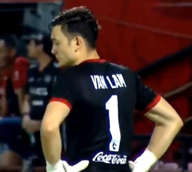 Bay người cản phá như siêu nhân, Văn Lâm vẫn không thể giúp đội nhà tránh trận thua đậm - Ảnh 1.