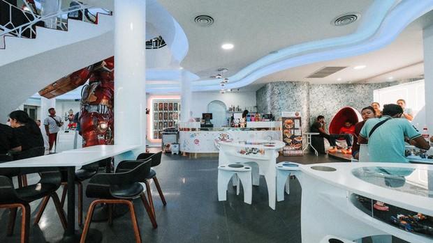 Muôn kiểu fan Marvel: Cuồng đến mức mở hẳn quán cà phê chứa đầy mô hình tiền tỷ! - Ảnh 13.