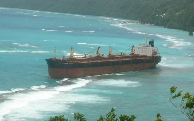 Giải cứu tàu mắc cạn hơn 3 tháng gần đảo san hô lớn nhất thế giới  - Ảnh 1.