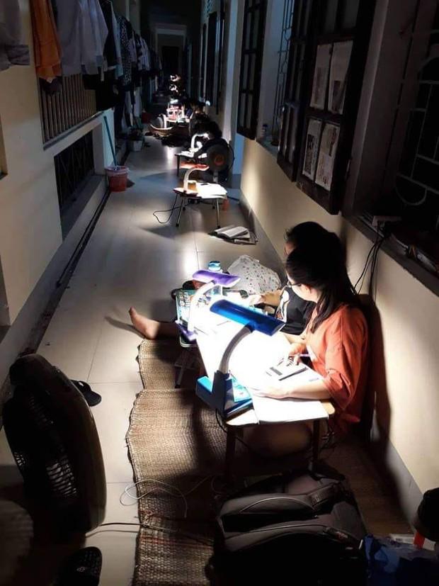 Nhìn bức ảnh học sinh ở ký túc xá Chuyên Phan Bội Châu ngồi học kín hành lang này để biết vì sao họ học giỏi thế - Ảnh 1.