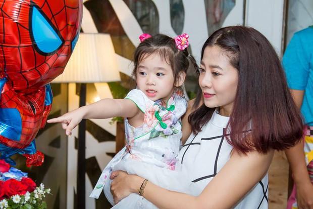 Mai Phương hạnh phúc khoe con gái 5 tuổi đã cực tâm lý, biết tặng hoa trong Ngày của mẹ - Ảnh 5.