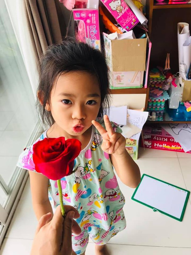 Mai Phương hạnh phúc khoe con gái 5 tuổi đã cực tâm lý, biết tặng hoa trong Ngày của mẹ - Ảnh 2.