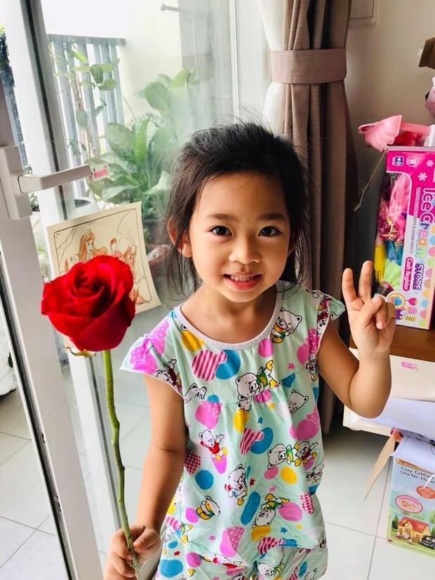Mai Phương hạnh phúc khoe con gái 5 tuổi đã cực tâm lý, biết tặng hoa trong Ngày của mẹ - Ảnh 1.