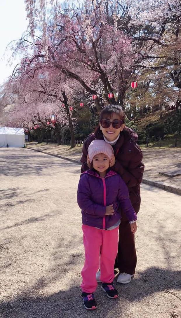 Mai Phương hạnh phúc khoe con gái 5 tuổi đã cực tâm lý, biết tặng hoa trong Ngày của mẹ - Ảnh 4.