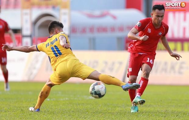 Phạm Xuân Mạnh trở lại, thi đấu căng sức trong trận SLNA gặp Hải Phòng - Ảnh 4.