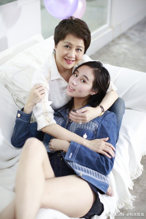 Bộ ảnh hot hôm nay: Ái nữ trùm sòng bạc Macau khoe bụng bầu mừng Ngày của Mẹ song đắt giá nhất là khoảnh khắc này - Ảnh 2.