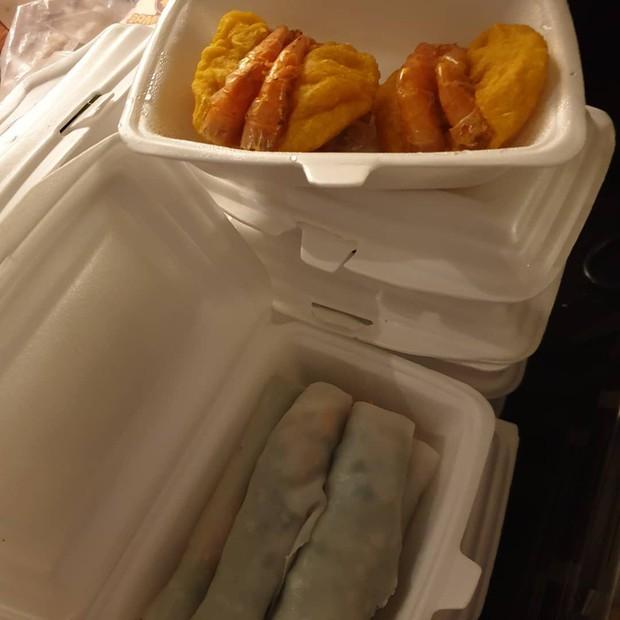 Có tâm như fan SKT T1, cất công chờ rồi tặng cả bánh tôm, phở cuốn cho thần tượng - Ảnh 3.