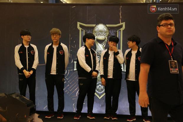 Fan Việt thỏa ước mơ chụp ảnh cùng Faker trong ngày thi đấu thứ 3 vòng bảng MSI - Ảnh 8.