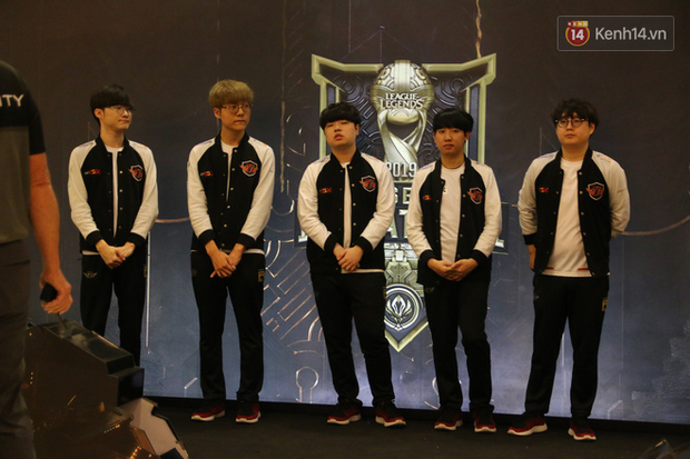 Fan Việt thỏa ước mơ chụp ảnh cùng Faker trong ngày thi đấu thứ 3 vòng bảng MSI - Ảnh 1.