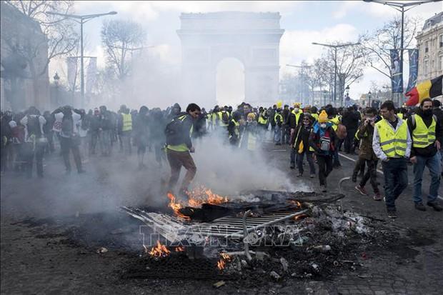 Biểu tình của phe Áo vàng ở Pháp biến thành bạo động  - Ảnh 1.