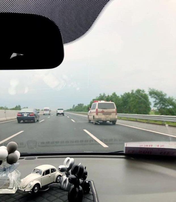 Clip: Thót tim cảnh tài xế xe cứu thương vừa lái xe băng băng trên cao tốc vừa gác chân lên cửa sổ và nghe điện thoại - Ảnh 3.