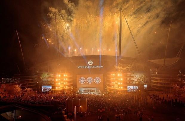 Man City lập sân khấu dã chiến, bắn pháo hoa rực rỡ ăn mừng với hàng nghìn CĐV ngay trong đêm - Ảnh 7.