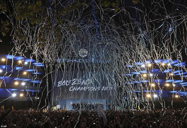 Man City lập sân khấu dã chiến, bắn pháo hoa rực rỡ ăn mừng với hàng nghìn CĐV ngay trong đêm - Ảnh 3.