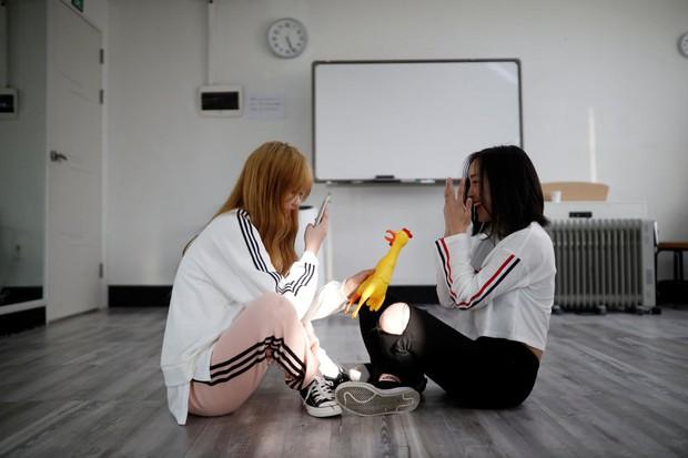 Đột nhập lớp học như tù biệt giam tại Nhật: Hàng chục thiếu nữ chi 70 triệu/tháng, học 20h/ngày để thành idol - Ảnh 7.