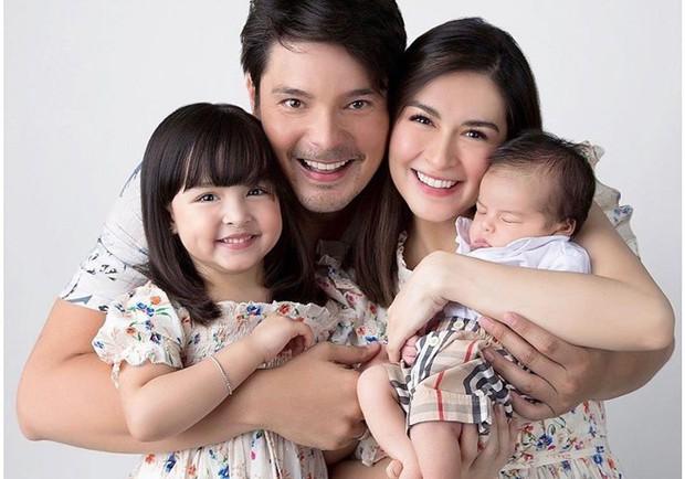 Mỹ nhân đẹp nhất Philippines khoe ảnh cả gia đình đẹp như tác phẩm nghệ thuật, nhan sắc 2 đứa con đặc biệt gây bão - Ảnh 1.