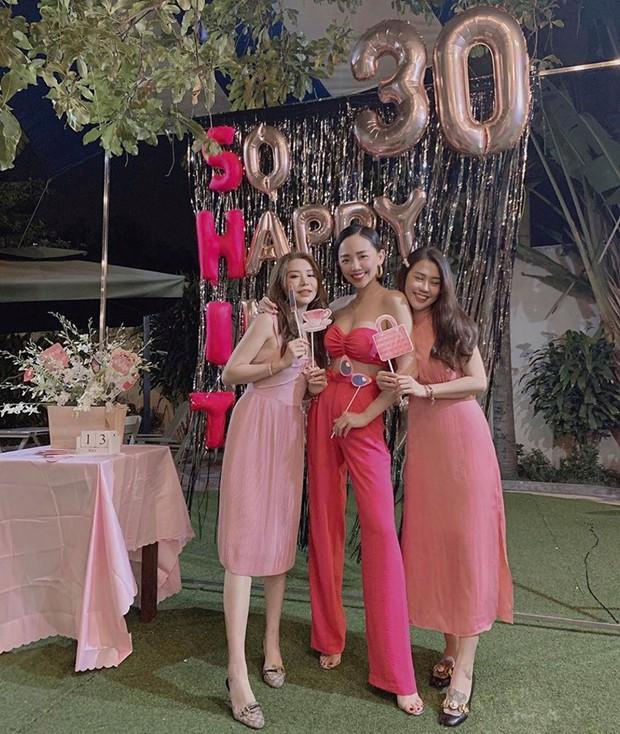 Tóc Tiên mở tiệc All pink cùng hội hot girl đình đám, chính thức gia nhập hội mỹ nhân chạm ngõ 30 của Vbiz - Ảnh 1.