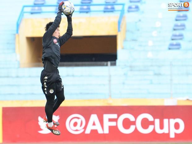 Quên đi chiếc thẻ đỏ cay đắng, Đình Trọng tập luyện hăng say chuẩn bị đối đầu Tampines Rovers ở AFC Cup - Ảnh 8.