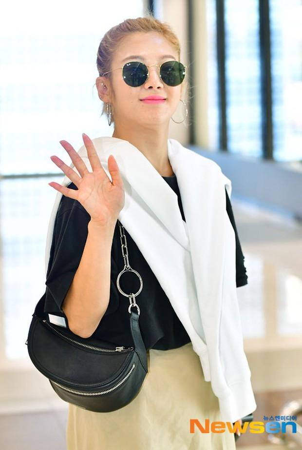 Dàn trai xinh gái đẹp nhà SM đổ bộ sân bay: Yoona lộ chân cong như sắp gãy, Sehun như rich kid bên Chanyeol - Ảnh 11.