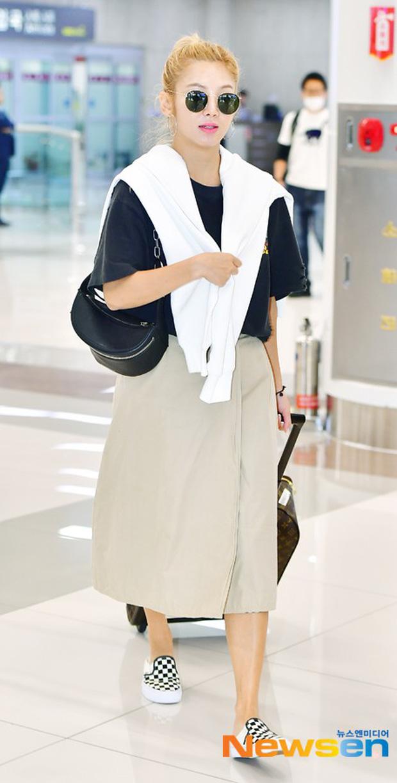 Dàn trai xinh gái đẹp nhà SM đổ bộ sân bay: Yoona lộ chân cong như sắp gãy, Sehun như rich kid bên Chanyeol - Ảnh 10.