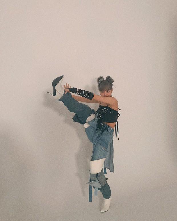 Chắc chỉ đẳng cấp nhan sắc và thần thái em gái quốc tế Lisa (BLACKPINK) mới mặc được đồ dị thế này - Ảnh 3.