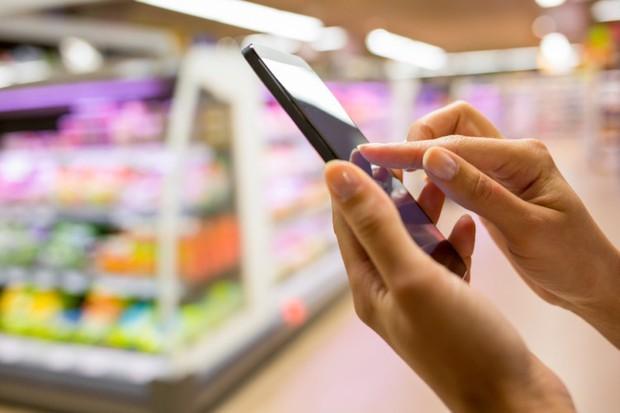 Đừng dùng điện thoại khi đang shopping: Đồ cần không mua, đồ linh tinh lại lấy cả rổ - Ảnh 1.