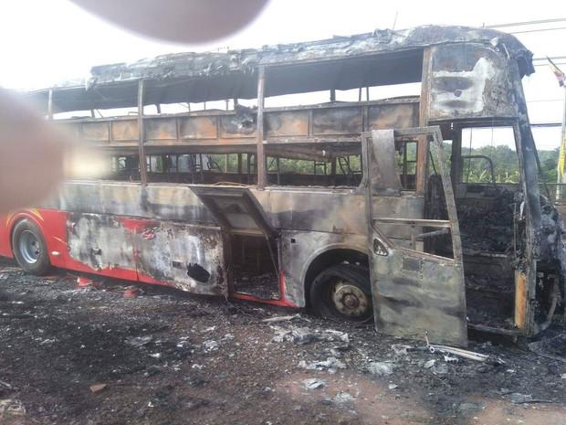 Xe khách bốc cháy ngùn ngụt trên Quốc lộ 1, 45 hành khách hoảng loạn tung cửa tháo chạy - Ảnh 2.