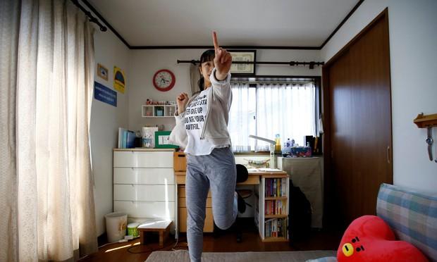 Đột nhập lớp học như tù biệt giam tại Nhật: Hàng chục thiếu nữ chi 70 triệu/tháng, học 20h/ngày để thành idol - Ảnh 1.