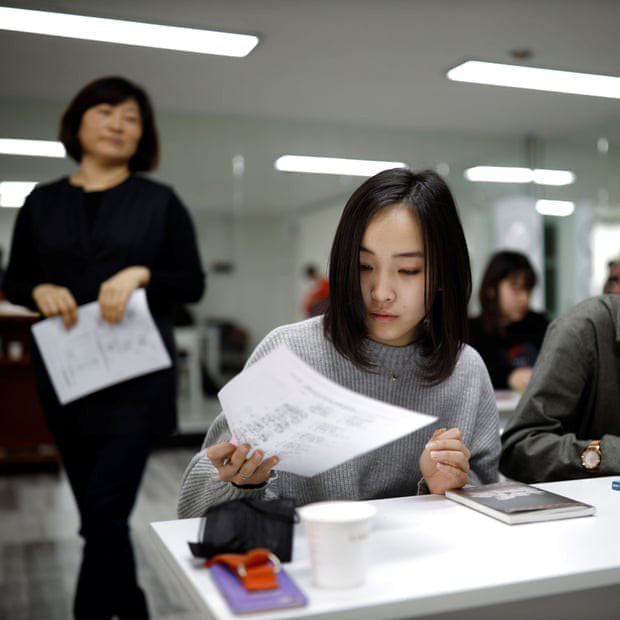 Đột nhập lớp học như tù biệt giam tại Nhật: Hàng chục thiếu nữ chi 70 triệu/tháng, học 20h/ngày để thành idol - Ảnh 2.