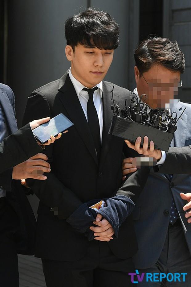NÓNG: Seungri chính thức bị còng tay và trói chặt bằng dây thừng, chồng nữ diễn viên Park Han Byul lộ mặt - Ảnh 7.