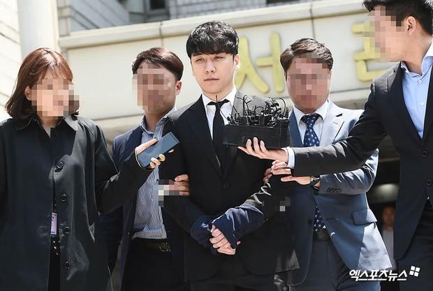 NÓNG: Seungri chính thức bị còng tay và trói chặt bằng dây thừng, chồng nữ diễn viên Park Han Byul lộ mặt - Ảnh 4.