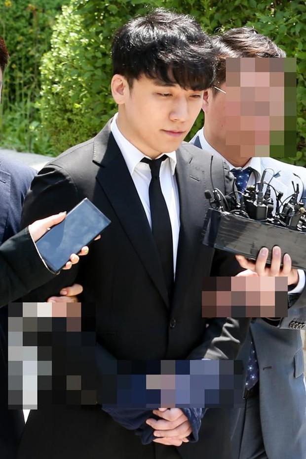 NÓNG: Seungri chính thức bị còng tay và trói chặt bằng dây thừng, chồng nữ diễn viên Park Han Byul lộ mặt - Ảnh 6.