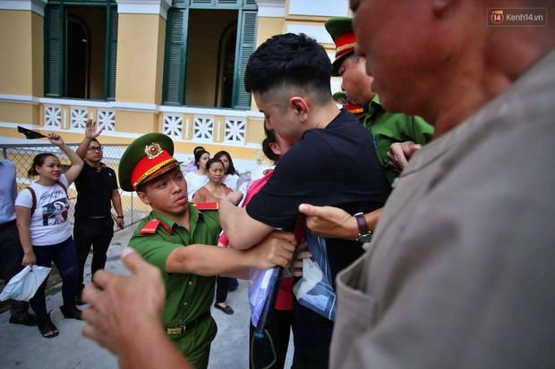 Ảnh, clip: Người thân nước mắt ngắn dài chạy theo dặn dò, níu kéo khi Văn Kính Dương, Ngọc Miu và đồng bọn rời tòa - Ảnh 6.