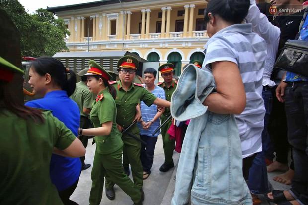 Ảnh, clip: Người thân nước mắt ngắn dài chạy theo dặn dò, níu kéo khi Văn Kính Dương, Ngọc Miu và đồng bọn rời tòa - Ảnh 8.