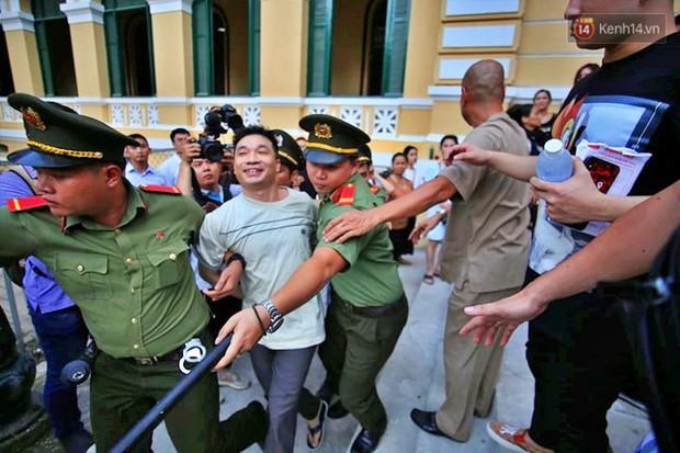 Ảnh, clip: Người thân nước mắt ngắn dài chạy theo dặn dò, níu kéo khi Văn Kính Dương, Ngọc Miu và đồng bọn rời tòa - Ảnh 2.