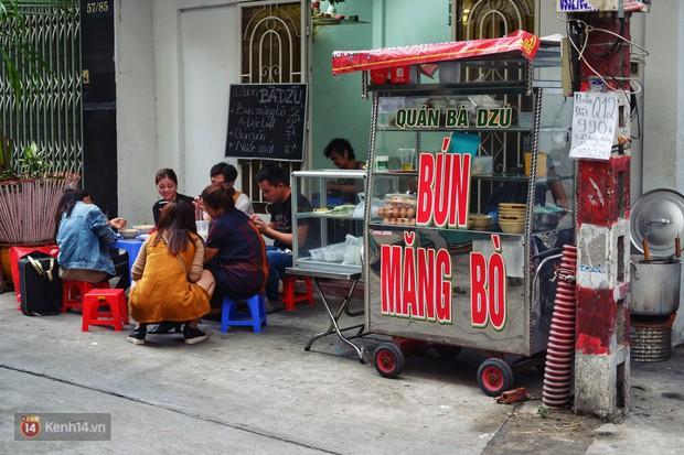 Đằng sau nồi bún măng bò Bà Dzú độc nhất Sài Gòn là câu chuyện của người phụ nữ gác lại mọi đam mê để được bên cạnh chăm mẹ - Ảnh 1.