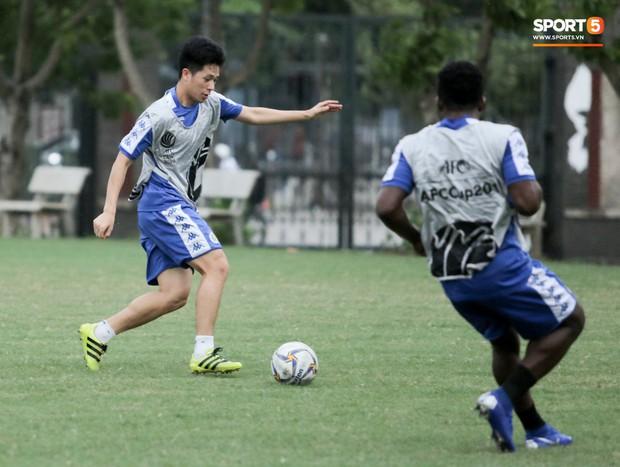 Đình Trọng làm bảo mẫu bất đắc dĩ, lấy tay che mưa cho quý tử của đàn anh tại Hà Nội FC - Ảnh 7.