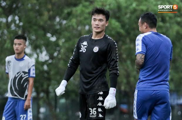 Đình Trọng làm bảo mẫu bất đắc dĩ, lấy tay che mưa cho quý tử của đàn anh tại Hà Nội FC - Ảnh 9.