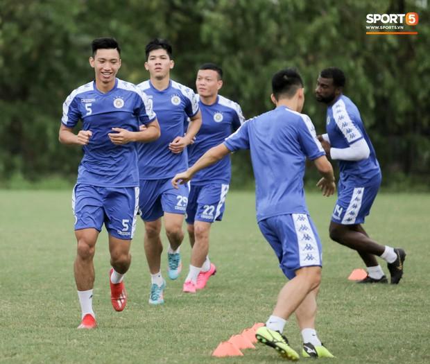 Đình Trọng làm bảo mẫu bất đắc dĩ, lấy tay che mưa cho quý tử của đàn anh tại Hà Nội FC - Ảnh 10.