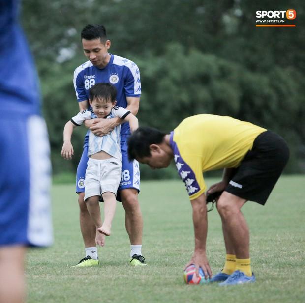 Đình Trọng làm bảo mẫu bất đắc dĩ, lấy tay che mưa cho quý tử của đàn anh tại Hà Nội FC - Ảnh 6.