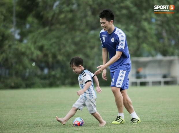 Đình Trọng làm bảo mẫu bất đắc dĩ, lấy tay che mưa cho quý tử của đàn anh tại Hà Nội FC - Ảnh 3.
