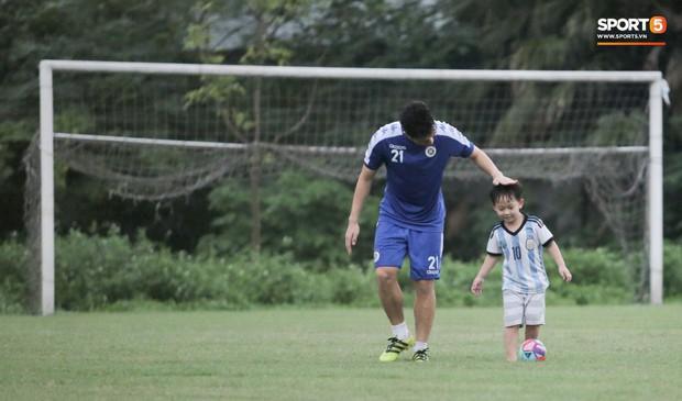 Đình Trọng làm bảo mẫu bất đắc dĩ, lấy tay che mưa cho quý tử của đàn anh tại Hà Nội FC - Ảnh 5.