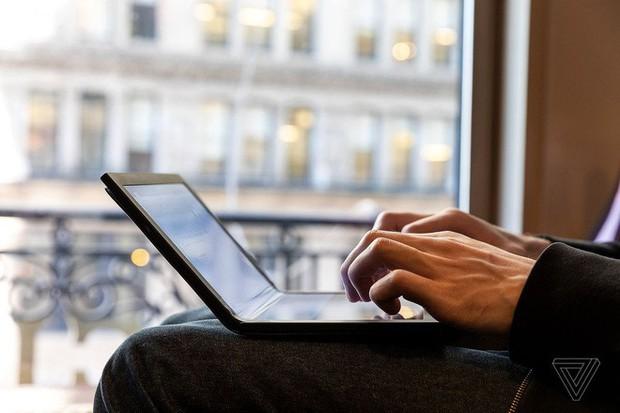 Lenovo trình diễn chiếc máy tính màn hình gập đầu tiên trên thế giới - Ảnh 3.