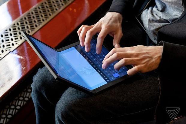 Lenovo trình diễn chiếc máy tính màn hình gập đầu tiên trên thế giới - Ảnh 7.