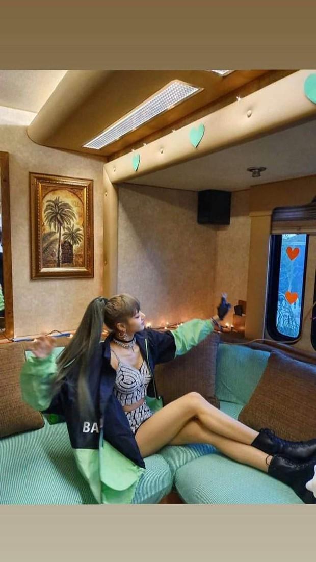 Đẳng cấp búp bê sống Thái Lan Lisa (BLACKPINK): Chân dài trời ban thách thức mọi khung hình, kể cả chụp vội - Ảnh 10.