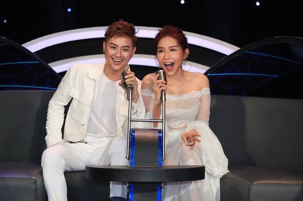 Hòa Minzy bật khóc vì học trò bị chê chọn sai bài, hát không rõ lời - Ảnh 2.