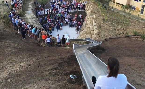 Máng trượt chết chóc tại Tây Ban Nha phải đóng cửa sau 24 giờ hoạt động vì khiến nhiều du khách phải tiếp đất... bằng đầu - Ảnh 2.